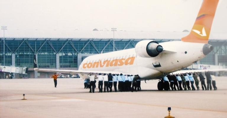Venezolanos logran emigrar luego de que avión de Conviasa prendiera empujado
