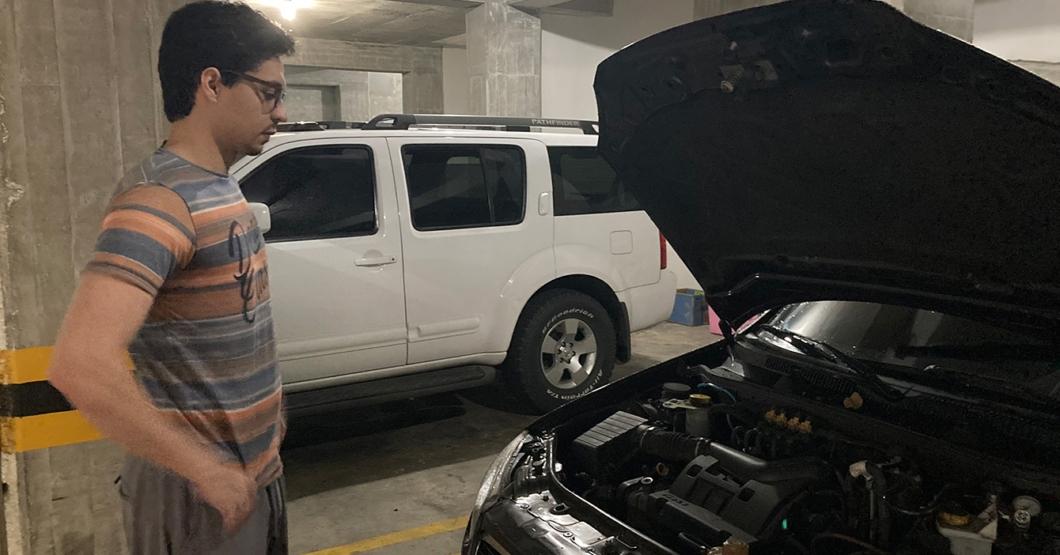 Joven arregla carro accidentado tras mirar fijamente el motor por 15 minutos