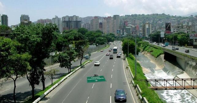 El Gobierno tapa hueco de la autopista Guaicaipuro usando letrero que decía