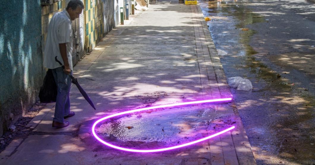 PONIENDO CARABOBO BONITO: Lacava le pegó luces LED a esta tubería rota