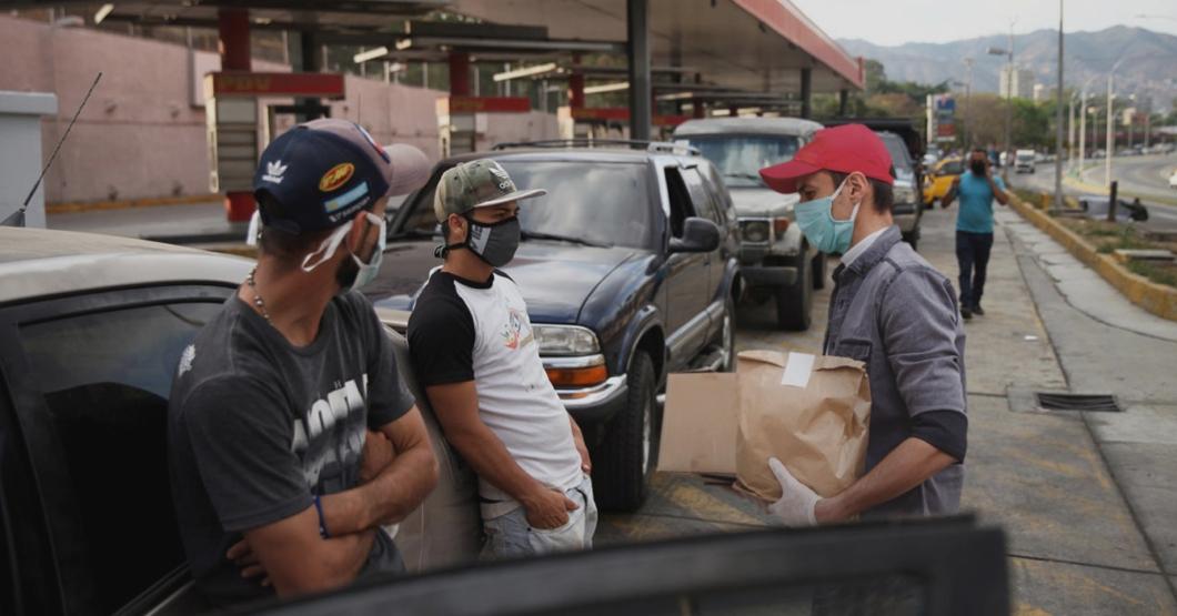 """""""Ya Venezuela se arregló"""", dice chamo que ahora puede pedir delivery desde cola de 3 días para poner gasolina"""