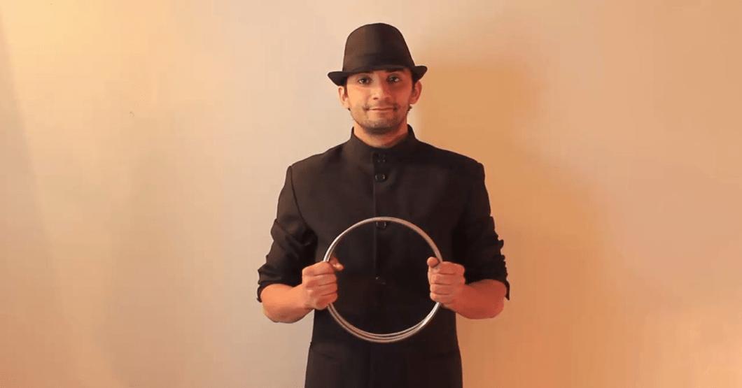 Joven hace impresionante truco de magia en reunión y desaparece todas sus oportunidades de coger