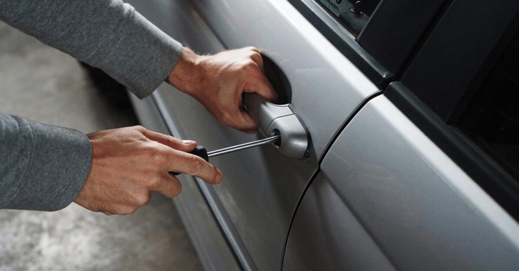 """""""Adopta, no compres"""" dice malandro luego de rescatar Mazda 3 en estacionamiento"""