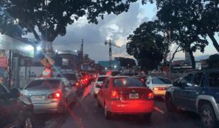 Ciudad con todos los carros parados consigue forma de tener cola