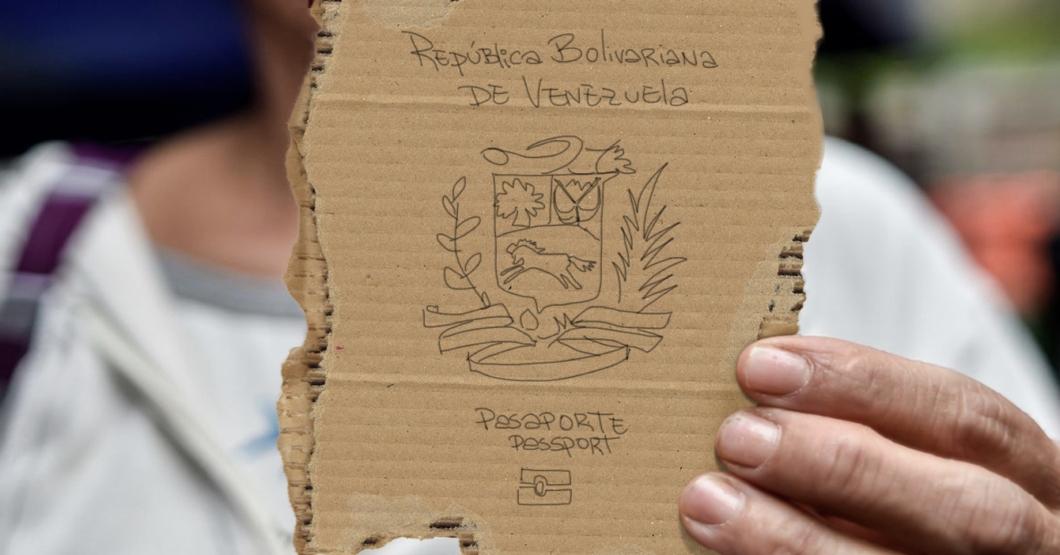 Comunidad Internacional sucumbe ante la lastima y anuncia que aceptará pasaportes venezolanos hechos a mano