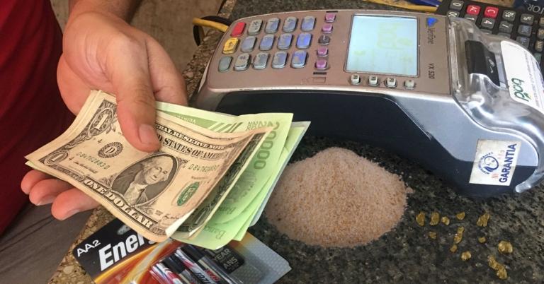 Señora paga mercado con pepitas de oro, pilas AA, una mitad por pago móvil y el resto en pan rallado