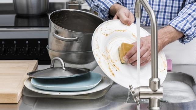 Padre homofóbico cuestiona la heterosexualidad de su hijo porque fregó su plato después de comer