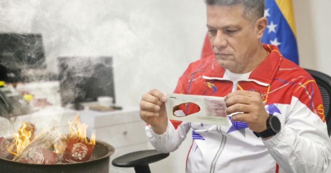 Director del SAIME hace fogata con pasaportes para sobrevivir el duro invierno caraqueño