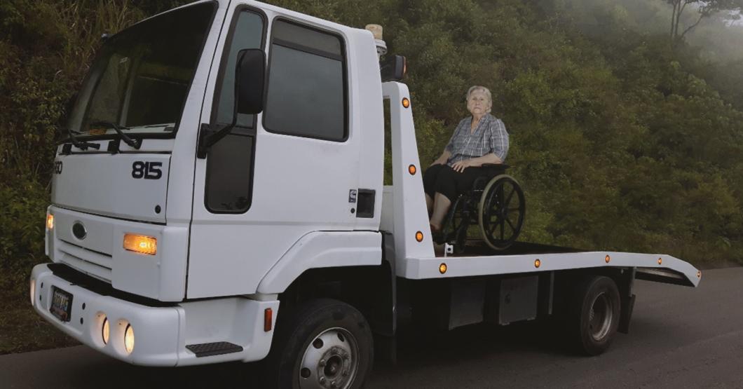 Alcaldía remolca señora en silla de ruedas mal parada