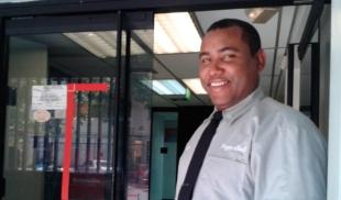 ¡HÉROE! Vigilante prohíbe la entrada a ladrón que pretendía atracar banco en bermudas