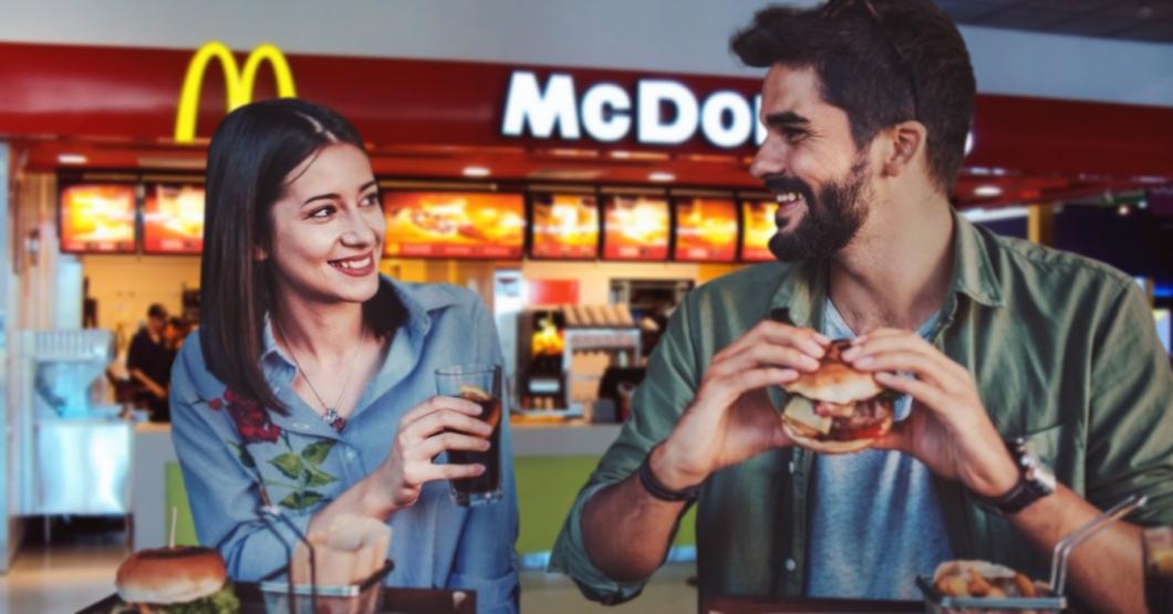 """""""¿Estamos celebrando algo especial?"""" pregunta chama a novio que la llevó al McDonald's de Sabana Grande"""
