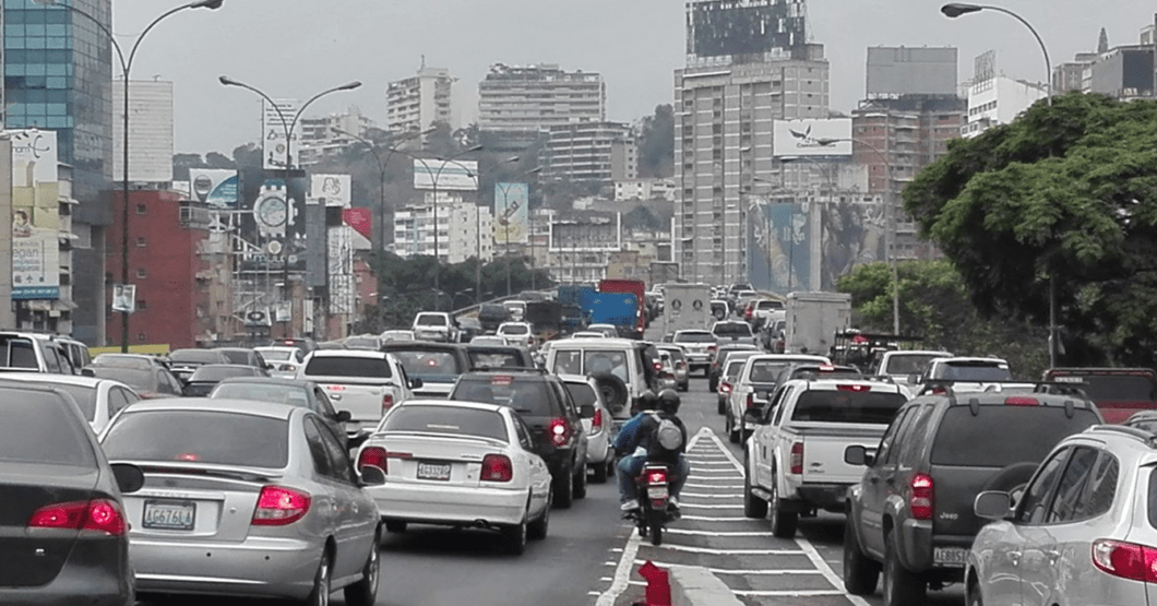 NOSTALGIA CARAQUEÑA: Gobierno tranca calles y avenidas de Caracas para recrear tráfico de antaño