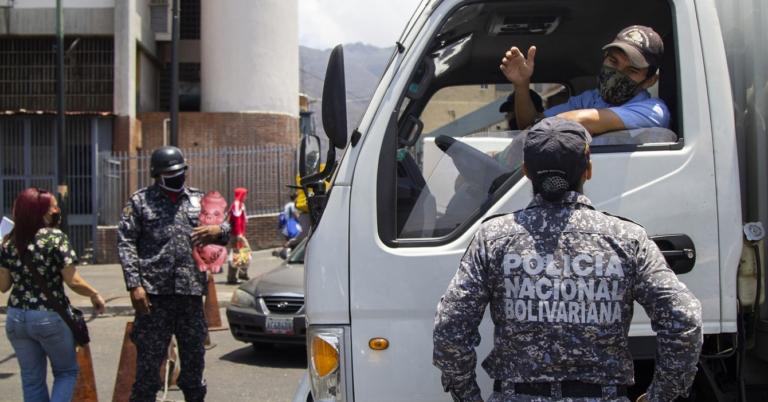 Policías duplican las alcabalas para reducir los casos de dólares en el país
